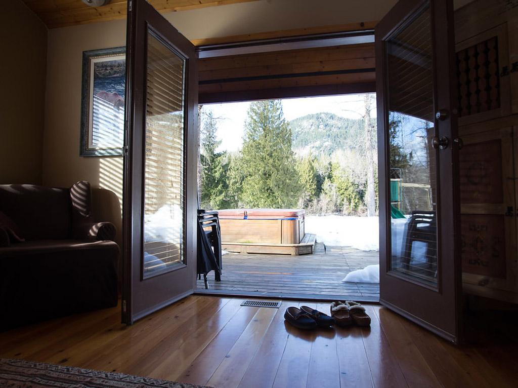 Pemberton lodge 5 ride whistler snowmobile tours rentals for Pemberton cabins
